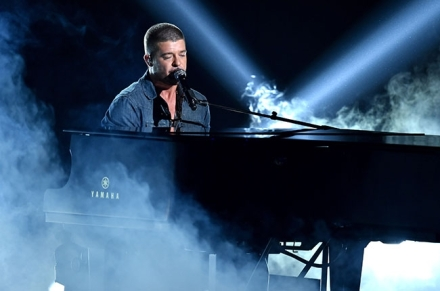 robin-thicke-bet-awards-billboard-2014-650x430